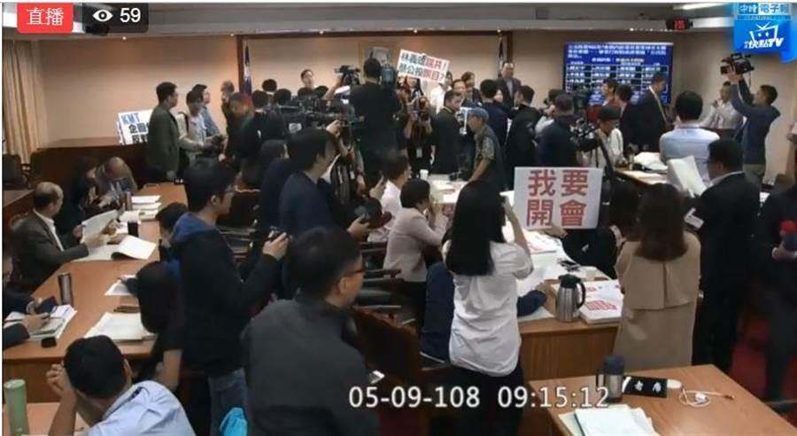 國民黨霸占立院主席台。(圖片取自中時電子報臉書)