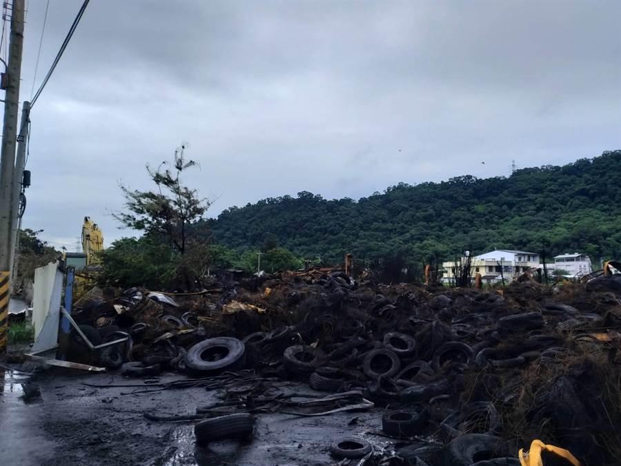 后里廢輪胎堆置廠大火延燒40小時,經警消、義消日夜灌救,終於撲滅火勢,現場仍有許多廢胎,及燃燒橡膠後留存的鋼絲。(王文吉攝)