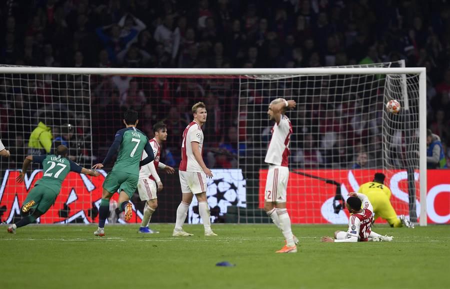 英超熱刺巴西籍球員盧卡斯(左)於下半場傷停階段結束前,踢進助隊獲勝的一球,也幫助熱刺晉級歐冠聯賽決賽。(美聯社)