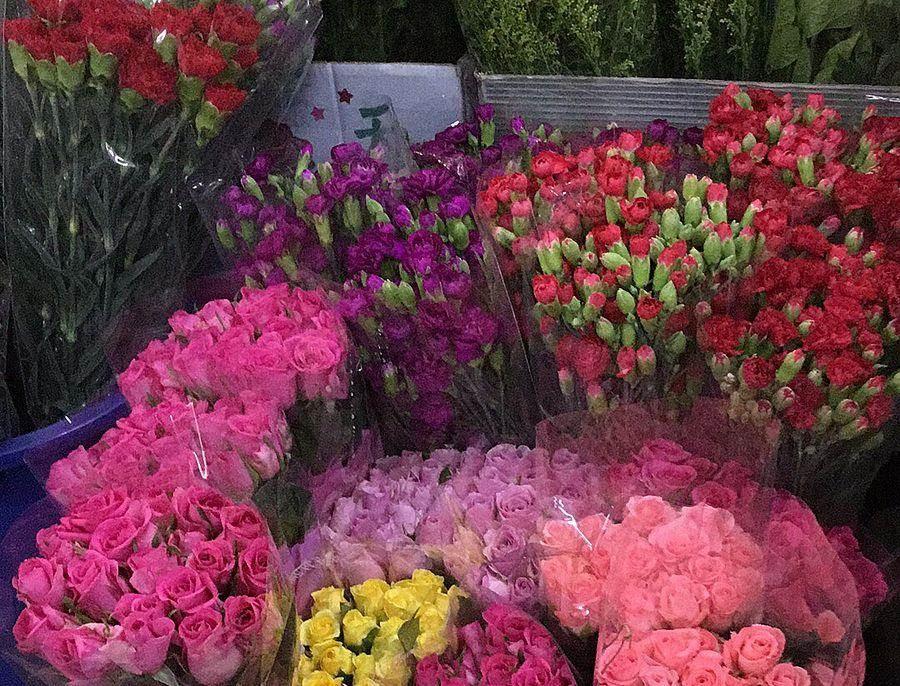 玫瑰花及康乃馨。(新北市農業局提供)