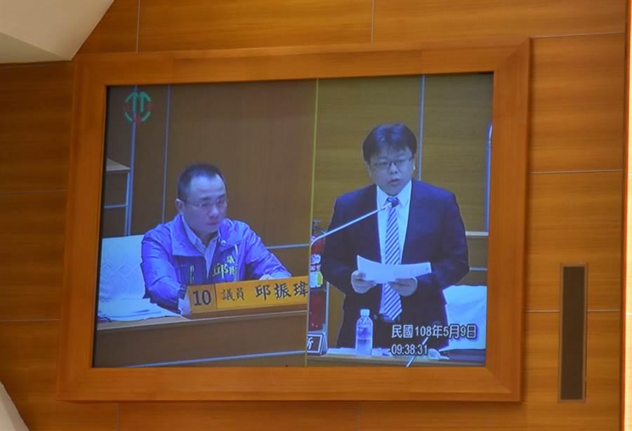 新竹縣議員邱振瑋(左)9日在議會中質詢,關心流浪犬攻擊,以及收容中心不足問題。(莊旻靜攝)