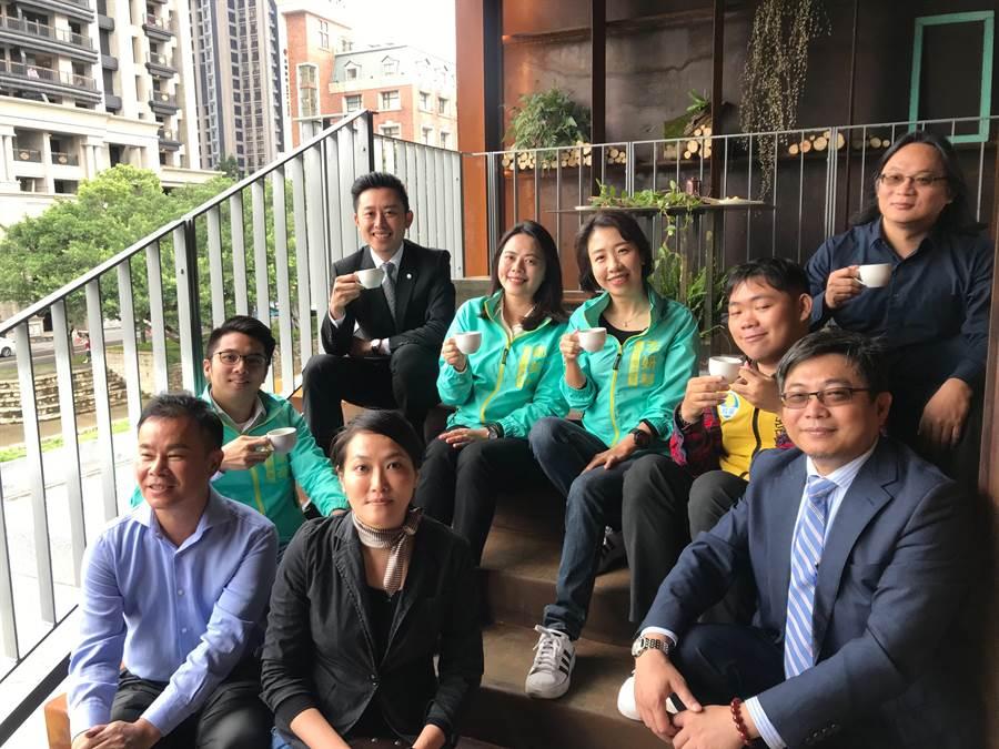 新竹市長林智堅(後左一)邀請民眾登上「幸福盒子」與「微笑盒子」,希望大家除了前來停車、散步之外還能停下腳步,開心欣賞近百年歷史的新竹州廳及新竹美術館美景。(陳育賢攝)