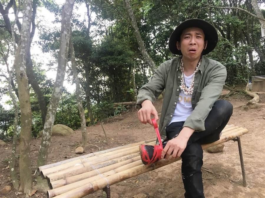 吳俊諺出外景走到鞋子都破了。(圖片提供:八大)