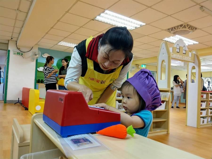 縣長徐榛蔚與小朋友玩收銀機玩具。(范振和攝)