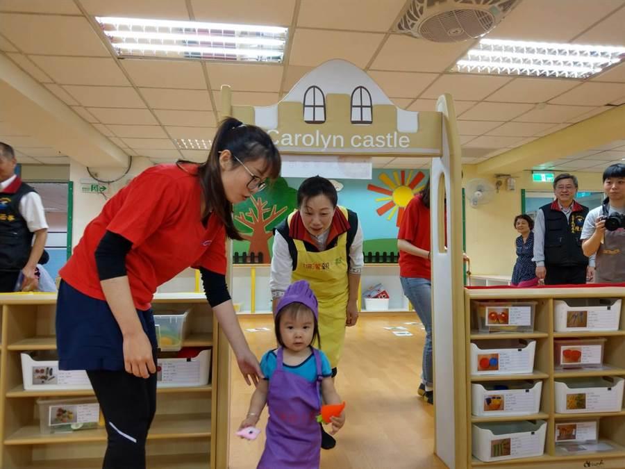 縣長徐榛蔚隨著小朋友進入矮小拱門,體驗「辦桌」角色扮演。(范振和攝)