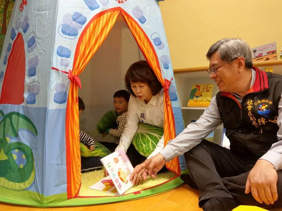 花蓮縣議員張美慧進入造型城堡與幼童共看繪本互動,縣府社會處副處長(右)覺得新鮮有趣。(范振和攝)