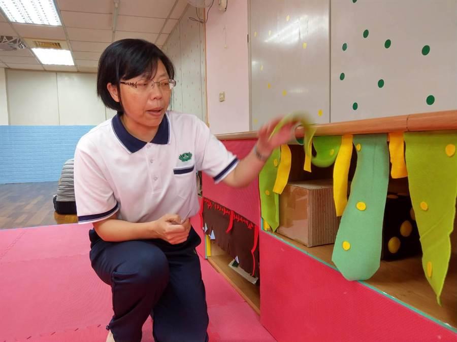 慈濟大學兒家系老師吳淑娟說明0-2歲的探索區功能。(范振和攝)
