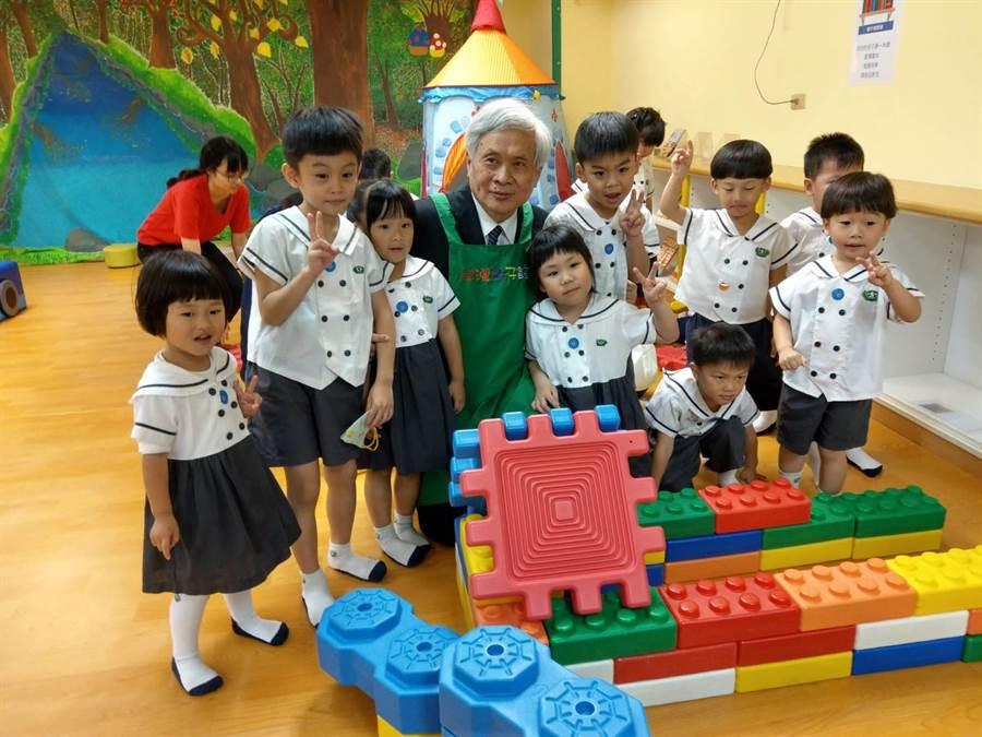 慈濟大學校長王本榮憶兒時,不忘與小朋友合影留念。(范振和攝)