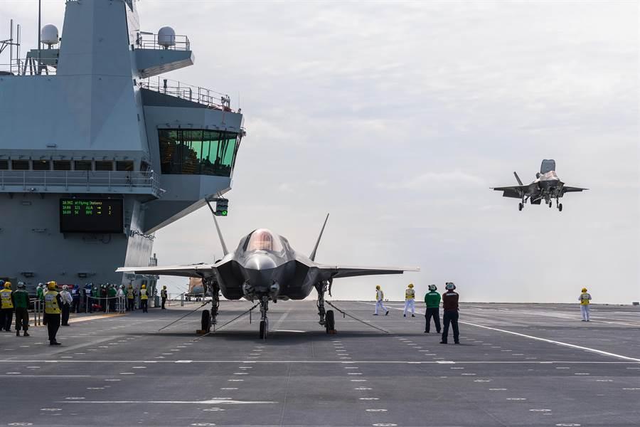 F-35戰機停在英國「伊莉莎白女王」號航母飛行甲板上的資料照。(美國海軍)