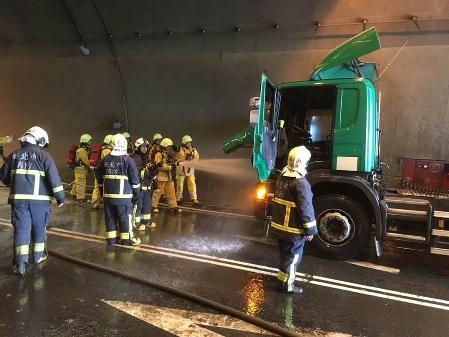 台64往五股方向觀音山隧道入口前,1輛半聯結車車頭起火,駕駛立即跳車逃生,所幸無人傷亡。(吳亮賢翻攝)