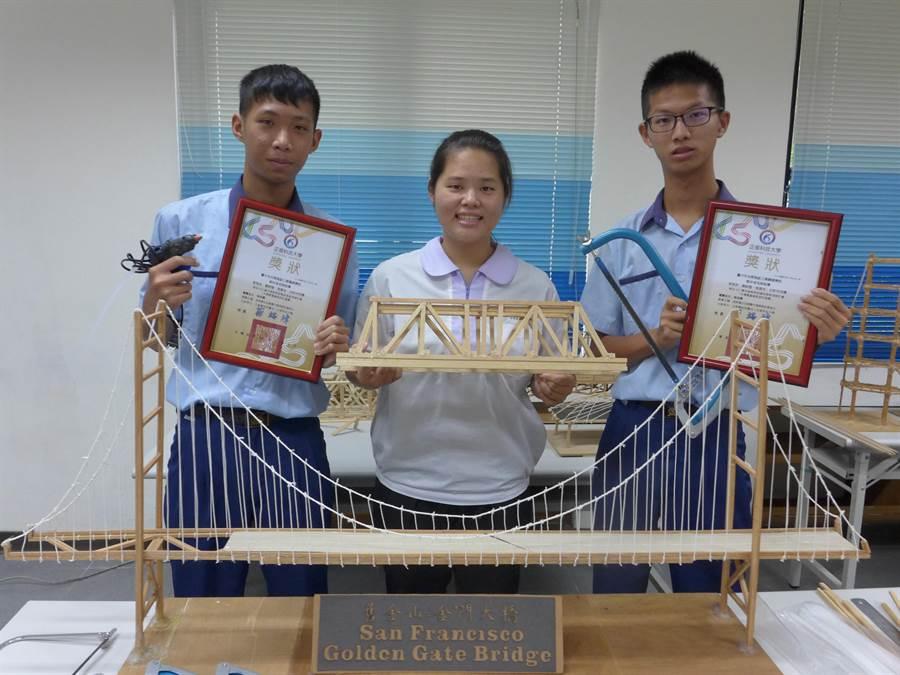 光華高工學生徐春吉(右起)、李昱欣及黃紹愷等4人組成團隊,歷經不斷嘗試、製作出載重達278公斤的木橋,獲得「木橋載重創新設計競賽」精準強度特別獎第4名。(林欣儀攝)