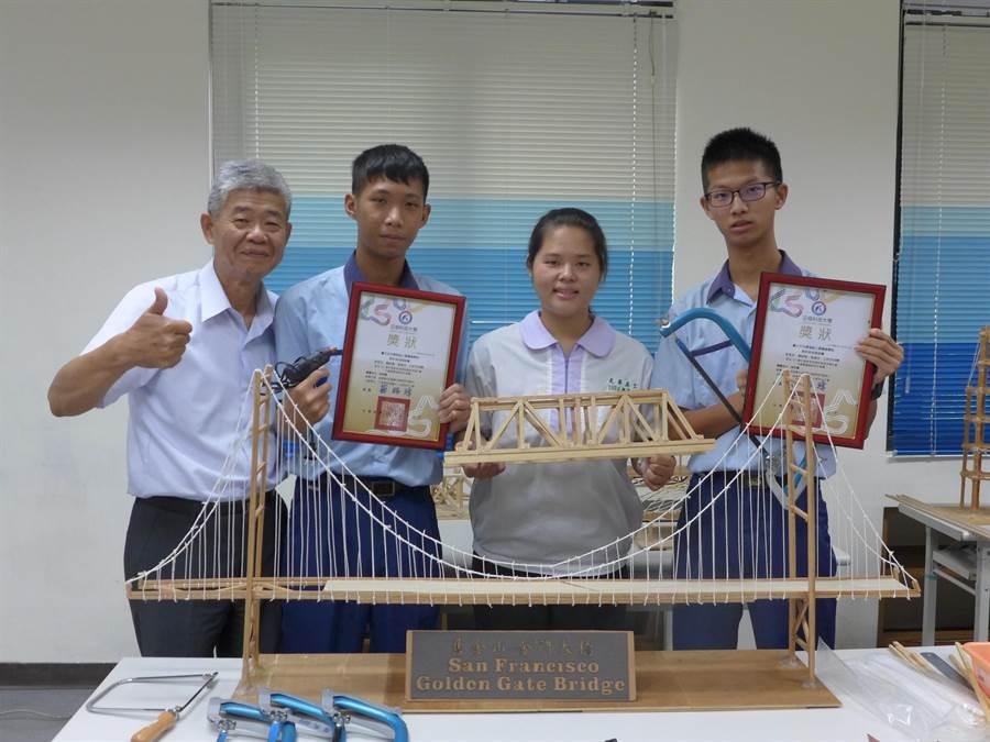 光華高工學生徐春吉(右起)、李昱欣及黃紹愷等4人組成團隊,參加「木橋載重創新設計競賽」,獲得精準強度特別獎第4名,開心與指導老師劉振源合影。(林欣儀攝)