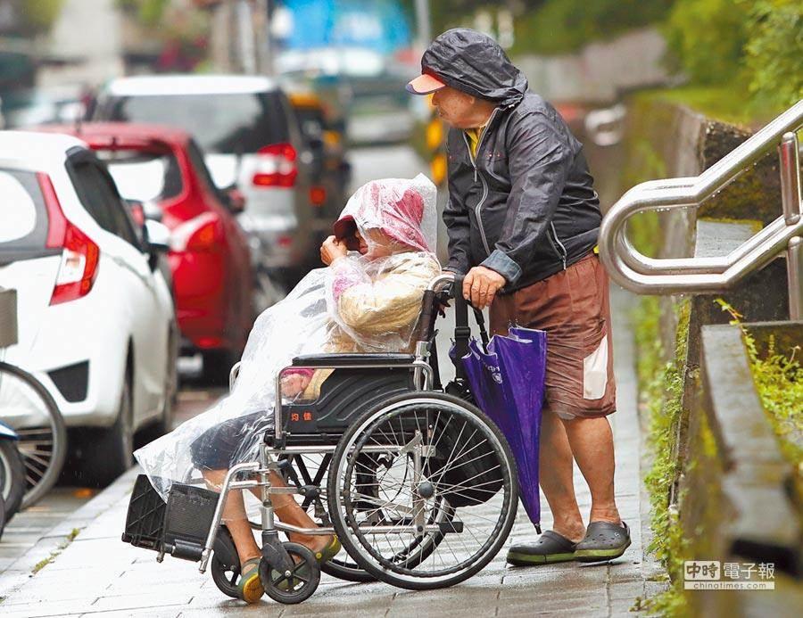 長照司推動「居家失能個案家庭醫師方案」,讓失能2至8級的民眾免費接受家醫科醫師、護理師的定期家訪服務,不受長照2.0額度限制。(中時資料照)