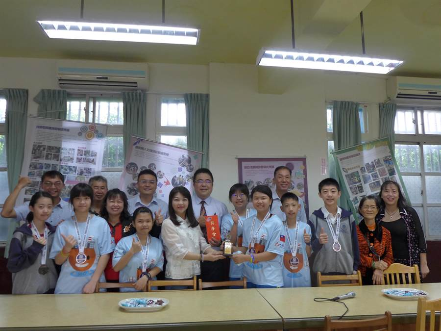 溪南國中團隊代表台灣赴美國參加「2019FIRST機器人世界賽」,奪下世界第二名,市議員吳瓊華(前左四)特別到校致贈獎金。(林欣儀攝)