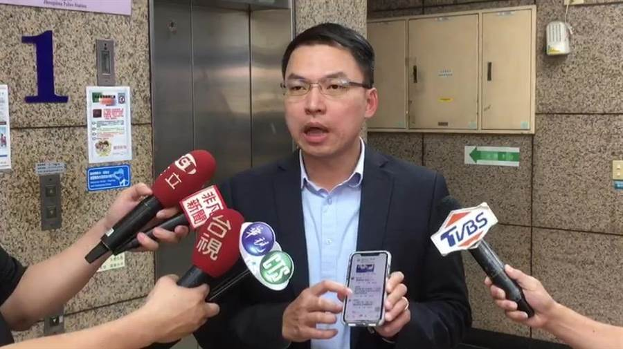 市議員黃文益不滿臉書遭留言三字經辱罵,至新興分局報案提告。(袁庭堯攝)