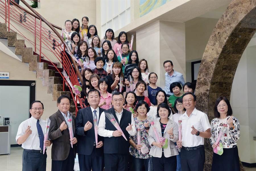 新竹市議會議長許修睿(左四)今天提前分送康乃馨予女性議員與議會女員工,並祝福全天下的媽媽母親節快樂。(陳育賢攝)