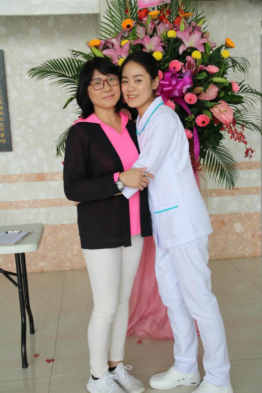 弘光科大護理生張喬旻(右)因車禍而念護理系,加冠典禮與媽媽合影。(王文吉攝)