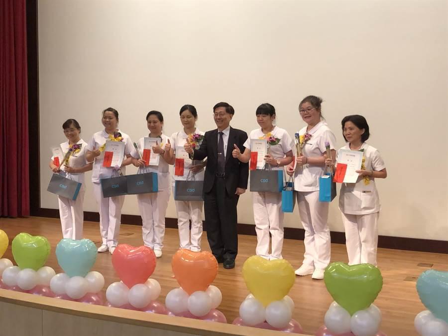 光田綜合醫院總院長王乃弘(右四)表揚院內獲護理師公會肯定的優良護理人員。