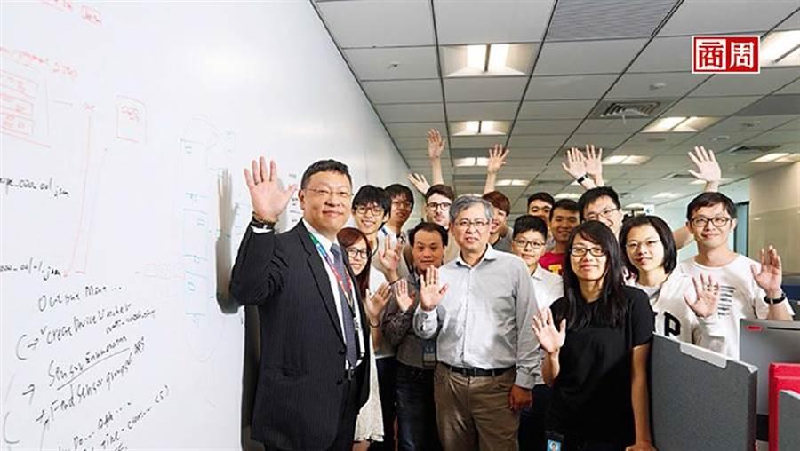 台灣微軟AI研發中心執行長張仁炯(左1)帶領的團隊,有新鮮人、20年資歷工程師、總部來的研究員,還有清大教授。(攝影者.楊文財)