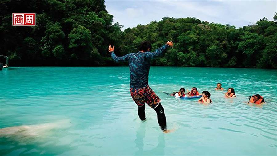純天然白泥_位於洛克群島的牛奶湖因色澤呈乳白色得名。泡在湖裡半晌,湖水帶有淡淡硫磺與鹹味。(攝影者.柯曉翔)