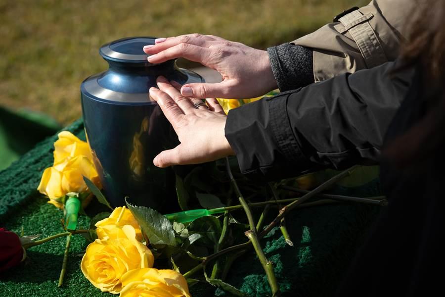 不捨丈夫敗血病過世 妻取出他「腸子」做紀念品(示意圖/達志影像)