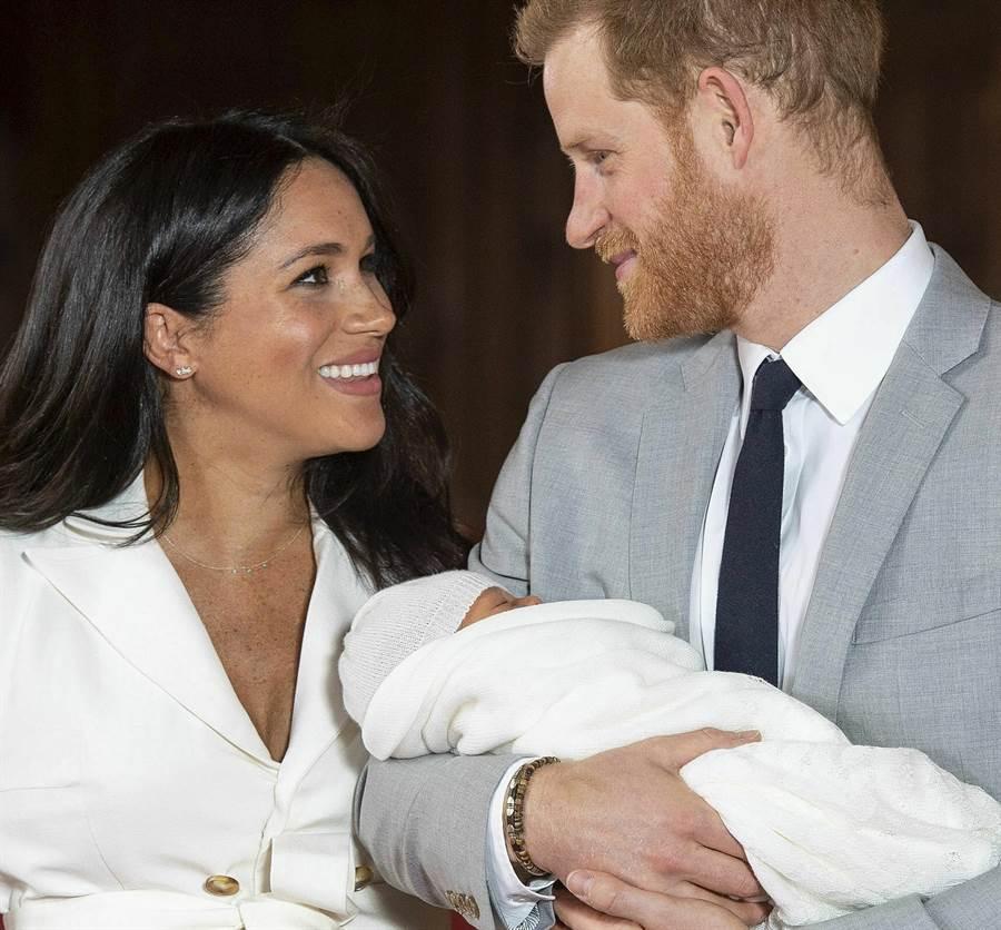 梅根和夫婿哈利王子5月8日帶著新生寶貝兒亞契,在溫莎城堡(Windsor Castle)透過媒體,首度和世人見面。(美聯社)