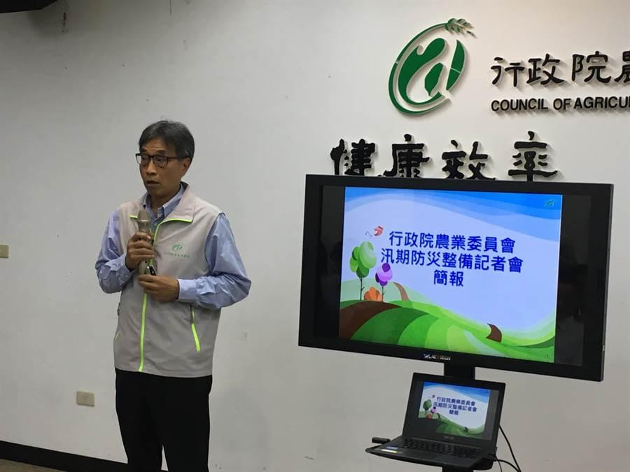 農委會副主委陳駿季表示,運用無人飛行載具(UAV)協助災損現勘,預估比以往人力現勘方式,可減少約1周時間。(游昇俯攝)