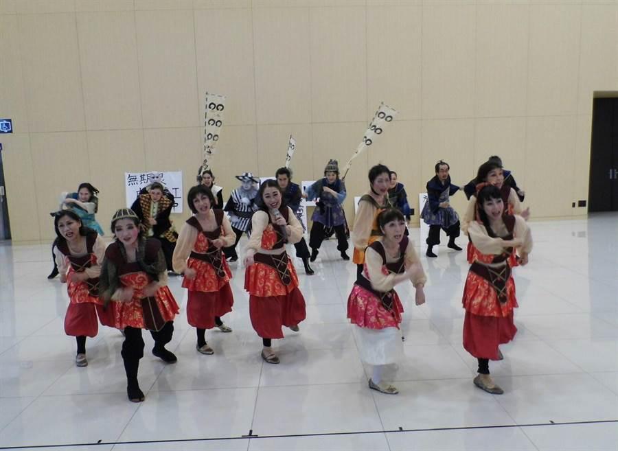 新營藝術季11日由日本銀髮族劇團帶來《女人的和平~不可思議的情色之國~》名劇。(劉秀芬攝)
