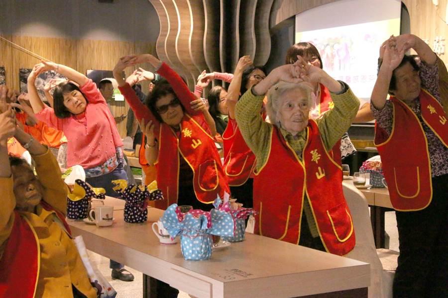 長者們在溫馨的氣氛中跳健康操、製作粉紅菇菇康乃馨,提前過節。(謝瓊雲翻攝)
