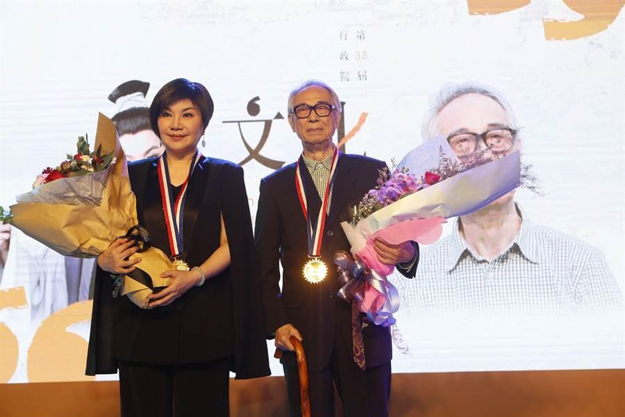 作家李喬(右)、歌仔戲名角唐美雲(左)獲頒行政院文化獎,今日下午出席頒獎典禮。(張鎧乙攝)