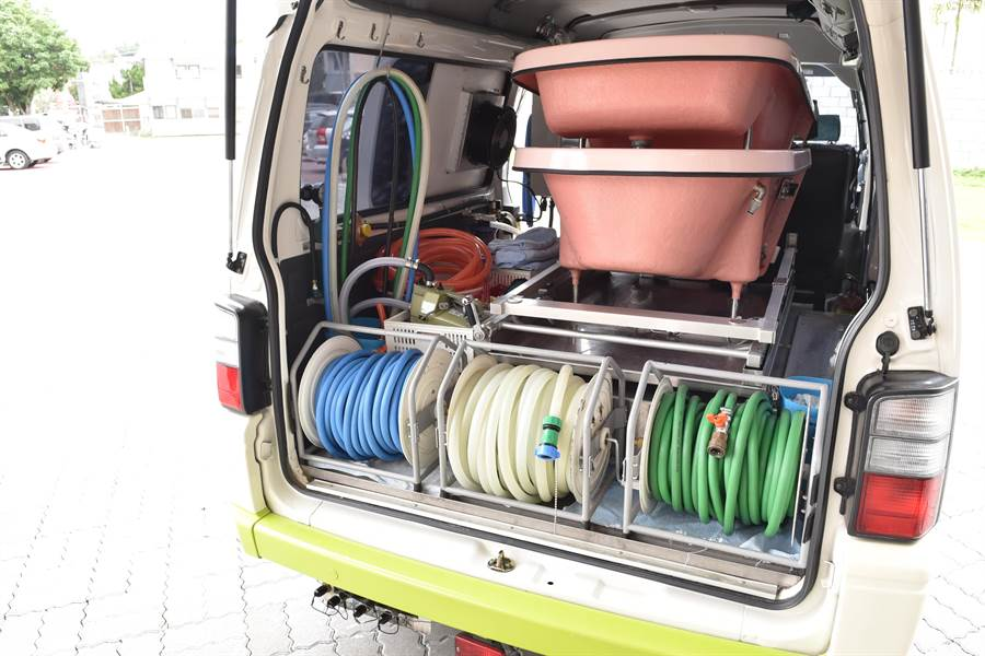 愚人之友基金會到宅沐浴車服務偏鄉,內部設備從日本進口。(廖肇祥攝)