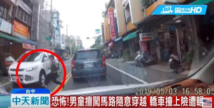 男童擅闖馬路隨意穿越,轎車撞上險遭輾。(翻攝中天新聞)