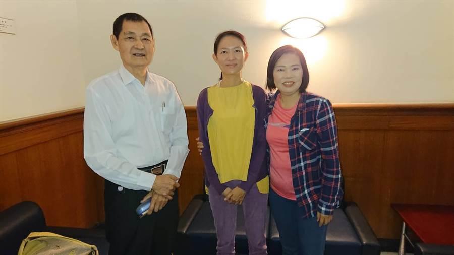唐儀靜(中)關心自己提出的當選無效之訴,在父親唐瑞明(左)、姑姑唐碧娥陪同下出庭。(程炳璋攝)