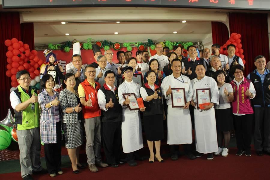 花蓮縣政府今天舉行花蓮大西瓜行銷活動,宣布第一期西瓜正式開賣。(張祈攝)