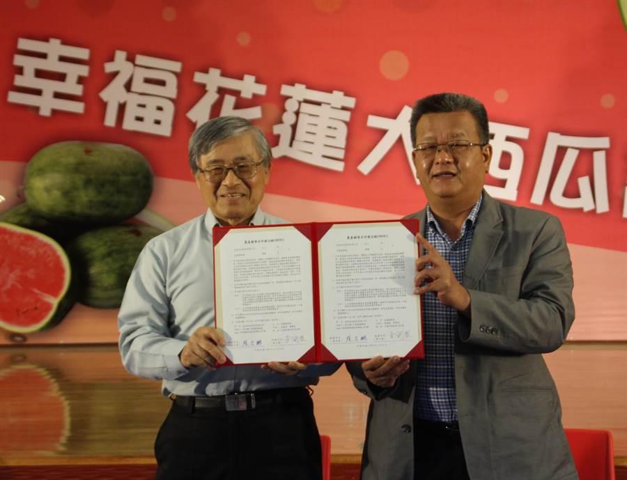 亞泥水泥公司廠長張志鵬(左)今天和花蓮縣農會理事長余國基(右)簽訂農產品採購MOU,未來一年將採購縣農會農產品做為員工餐廳食用米。(張祈攝)