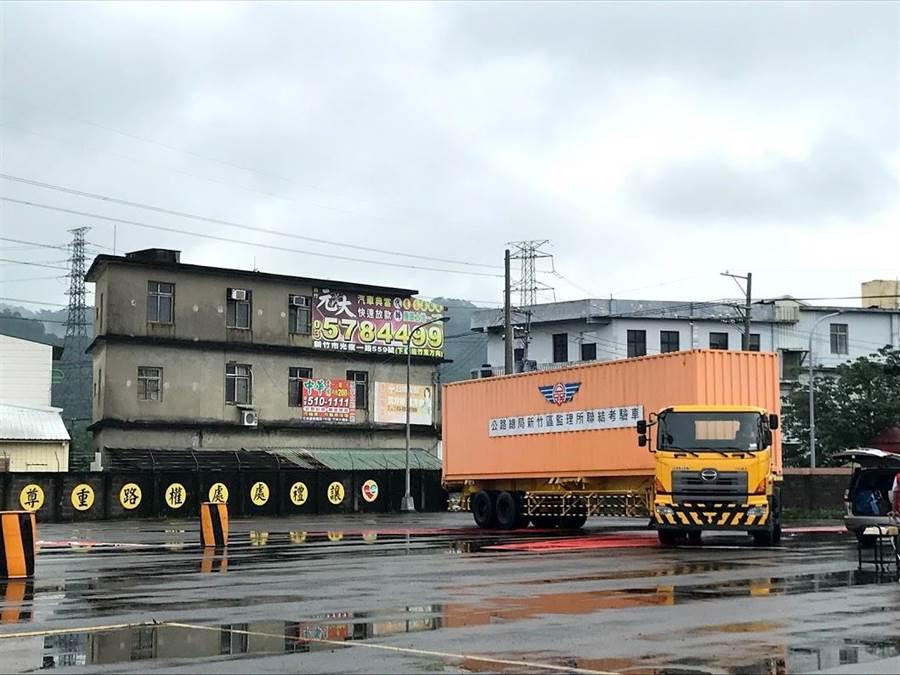 大型車視野死角與內輪差被交通部列為宣導重點計畫,新竹區監理所在所內設置體驗區,提醒用路人注意。(莊旻靜攝)