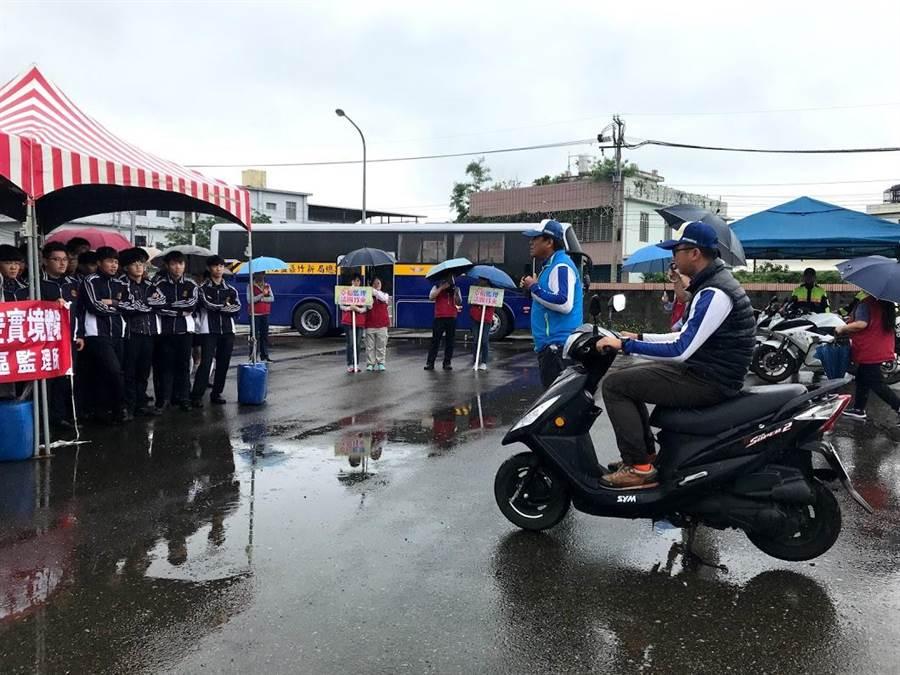 新竹縣東泰高中數十名學生9日前往新竹區監理所,參與大型車視野死角與內輪差體驗區,也在新竹安駕中心教練解說下,了解安全騎車概念。(莊旻靜攝)