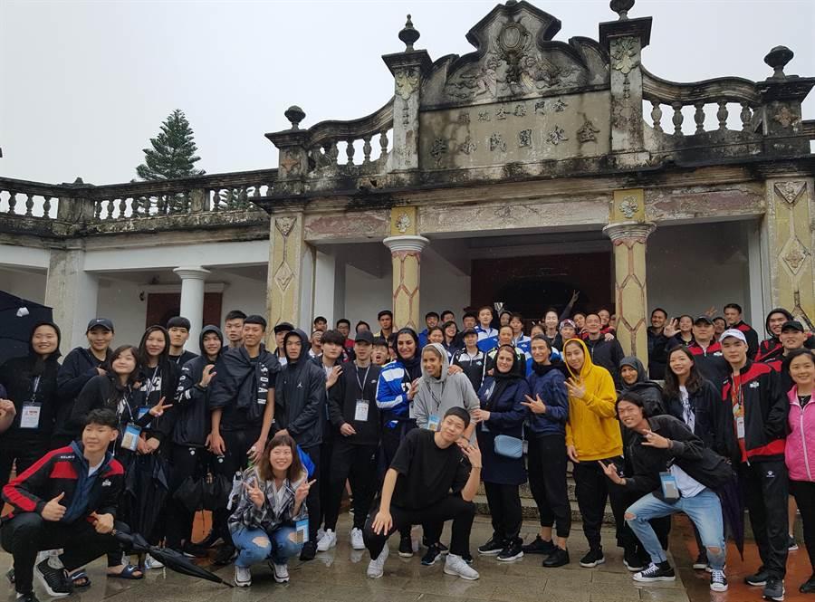 亞洲大學三對三籃球錦標賽休兵日,大會安排文化參訪行程,選手們在景點大合照。(陳筱琳攝)