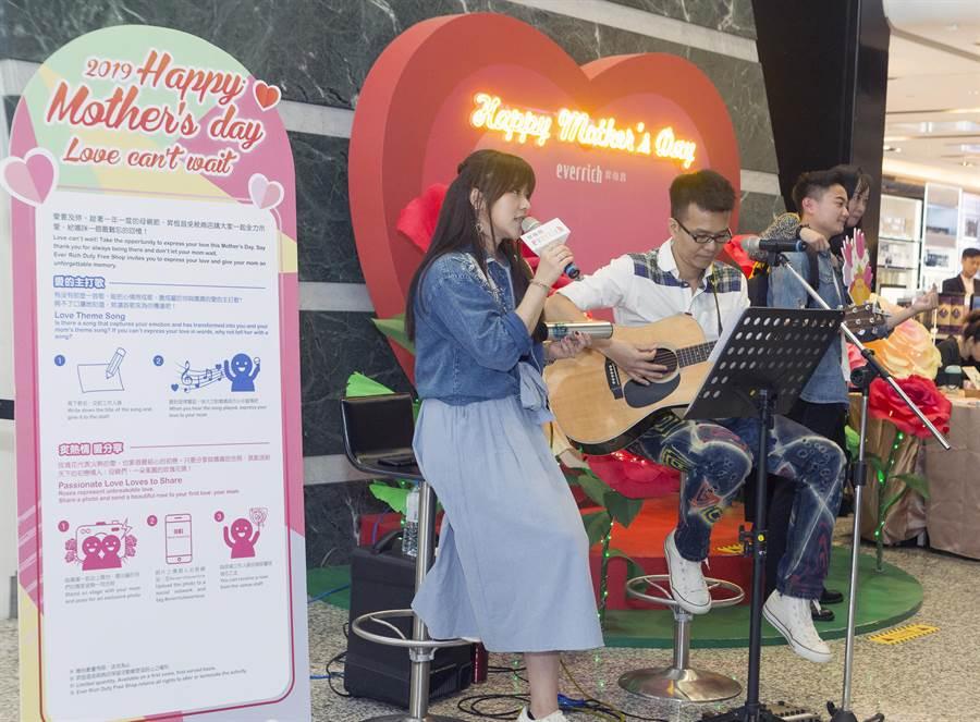 昇恆昌免稅店9日在桃園機場第1航廈提前舉行母親節慶祝活動,提供點歌向母親示愛、拍照打卡送速寫畫等橋段,讓旅客與媽媽一起同歡。(陳麒全攝)