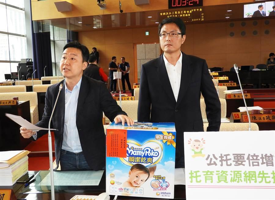 市議員陳世凱(左)、林德宇關心市府推動公托倍增計畫,希望增加台中公托數量。(陳世宗攝)