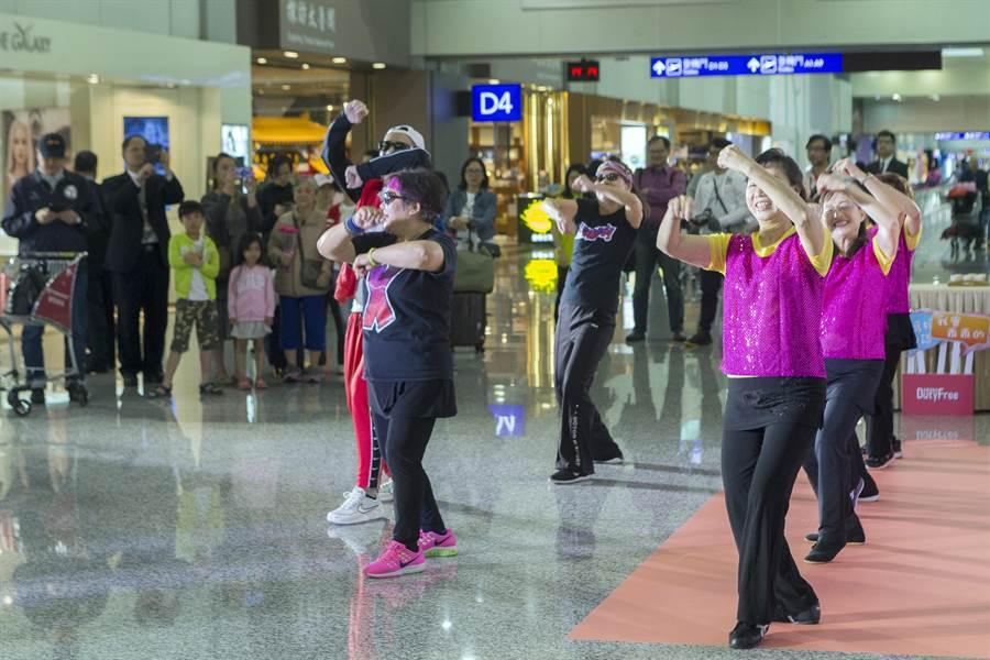 耳熟能詳的動感音樂以及可愛的美魔女媽媽們熱情賣力的舞動,瞬間炒熱現場氣氛,讓現場旅客忍不住加入一起跟著音樂動起來。(陳麒全攝)