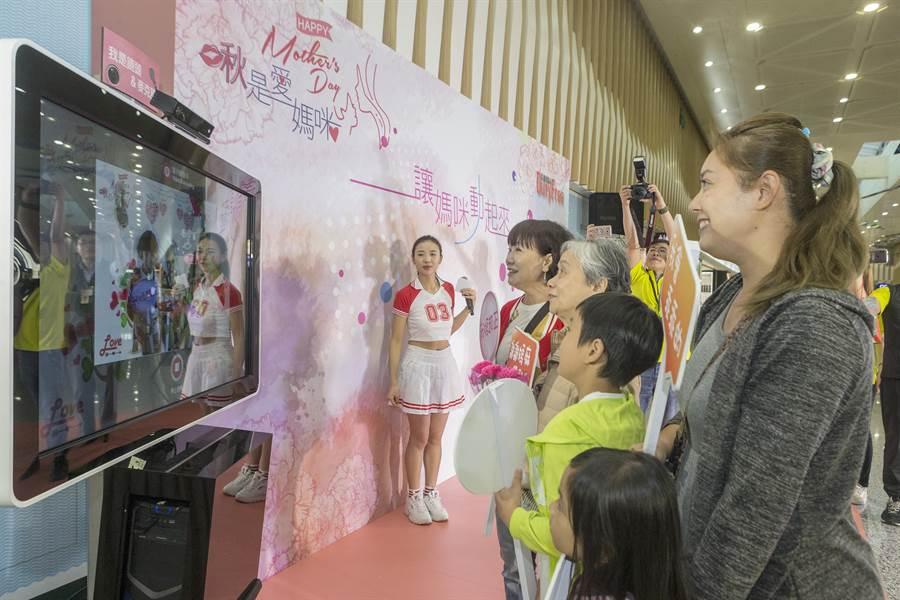 準備到南韓旅遊並慶祝母親節的4代同堂旅客,現場製作影片祝福母親,留下母親節前夕家族最佳紀念。(陳麒全攝)