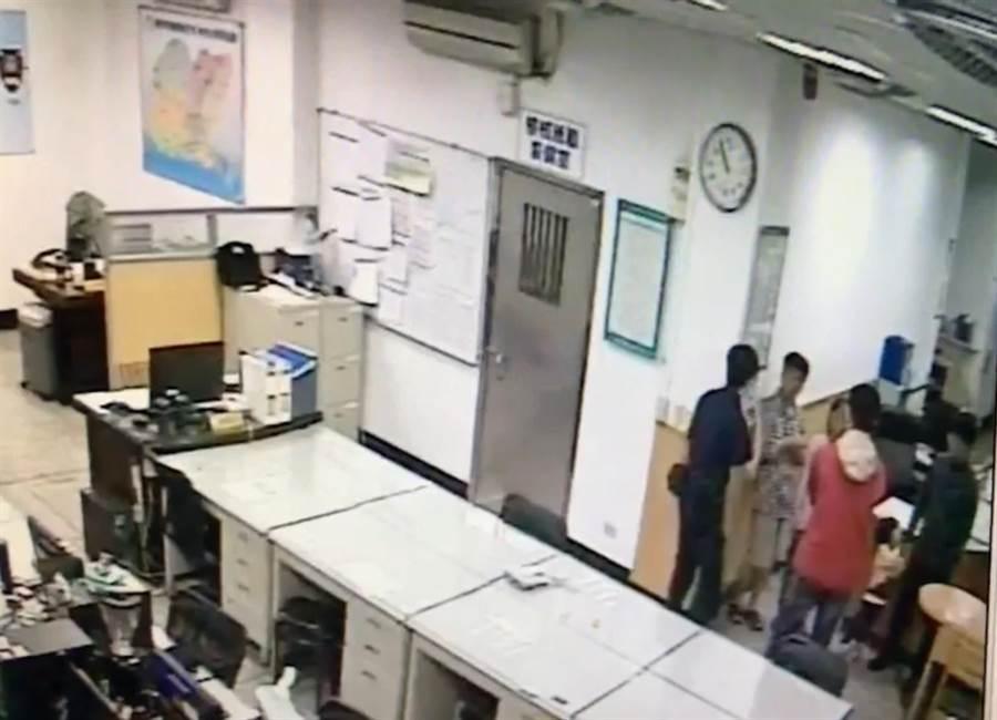 翁女父親在里長李勝輝陪同下,到南崁派出所報案,警方查出女子行動遭控制,通報南投警方將人救出。(甘嘉雯翻攝)