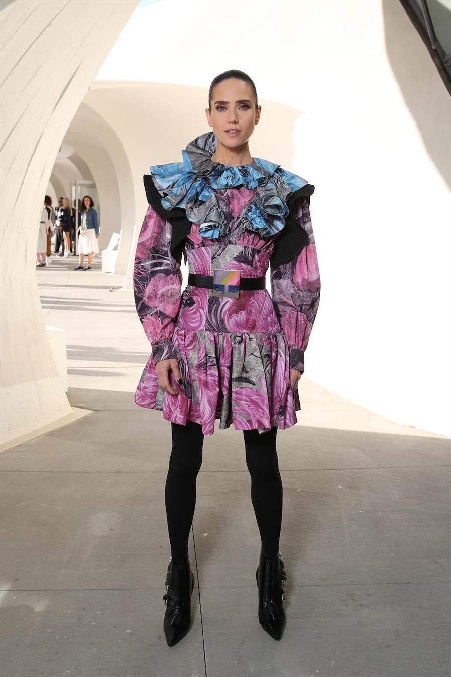 珍妮佛康納莉的小洋裝以迷幻印花與荷葉邊打造,相當搶眼。(LV提供)