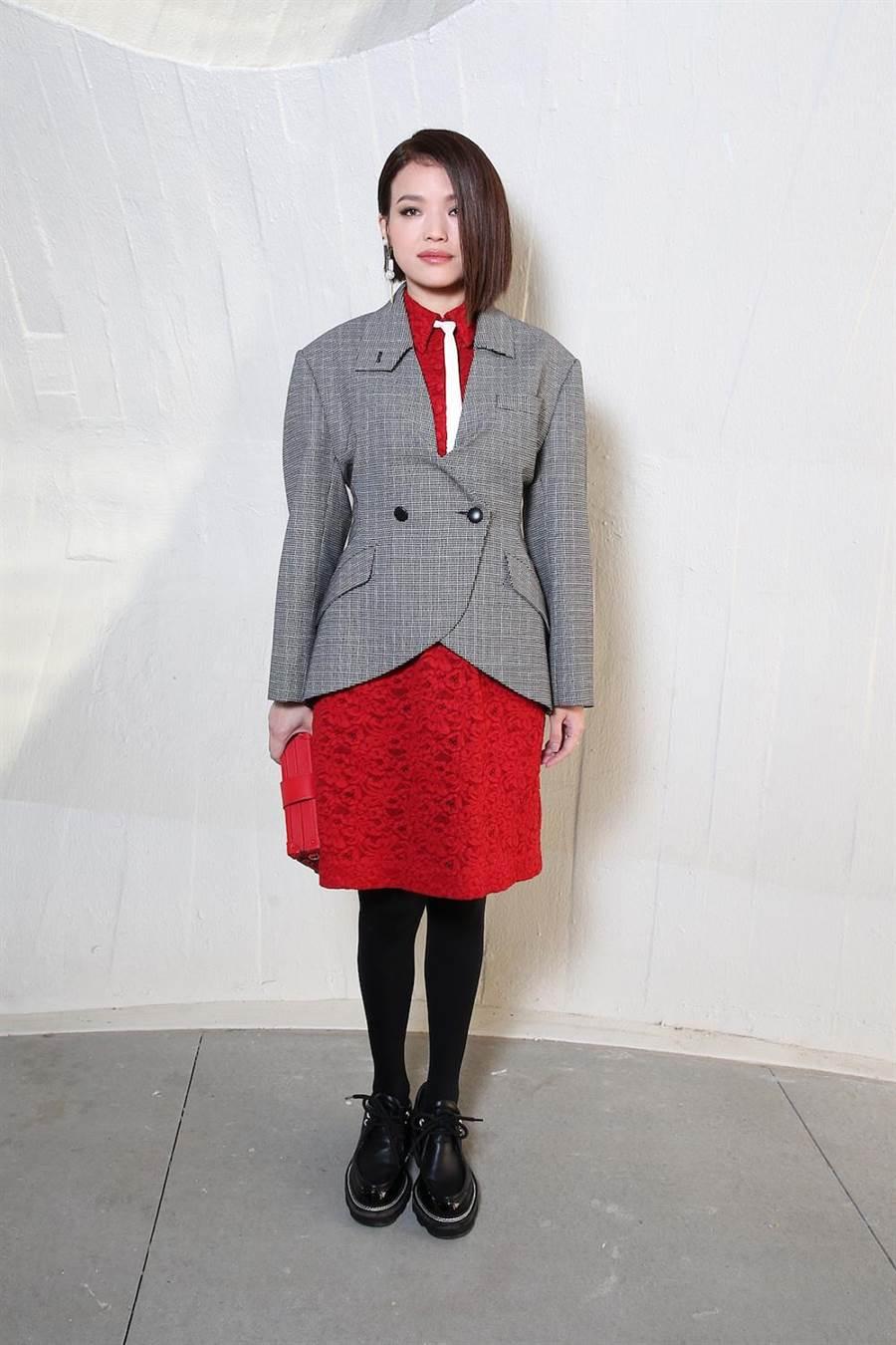 舒淇在紅色蕾絲洋裝上繫上細版白領帶,外罩灰色格紋西裝外套,符合本季的華爾街制服look。(LV提供)