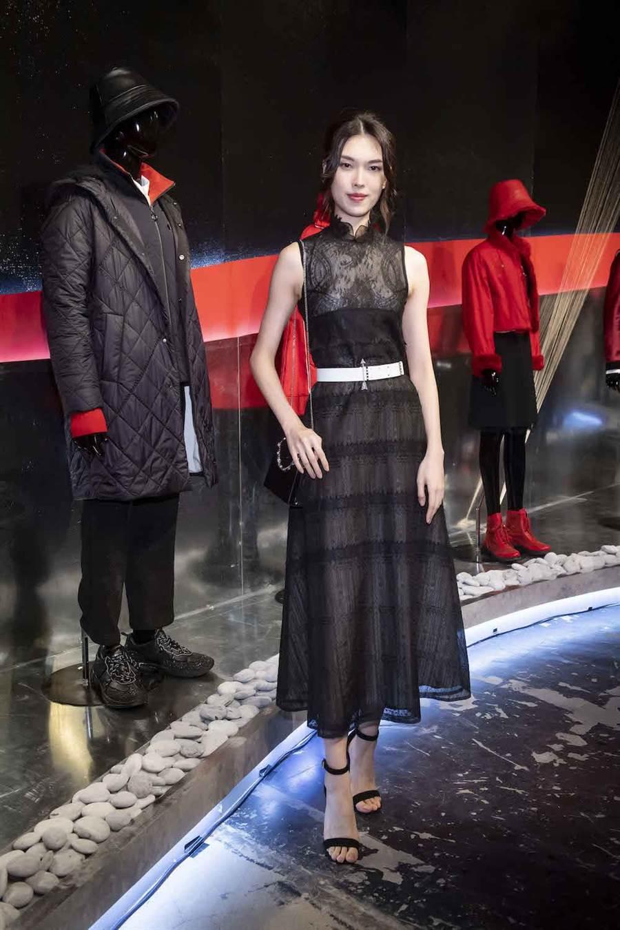 王思偉穿著夏姿的黑色蕾絲刺繡洋裝,展現優雅身段。(夏姿提供)