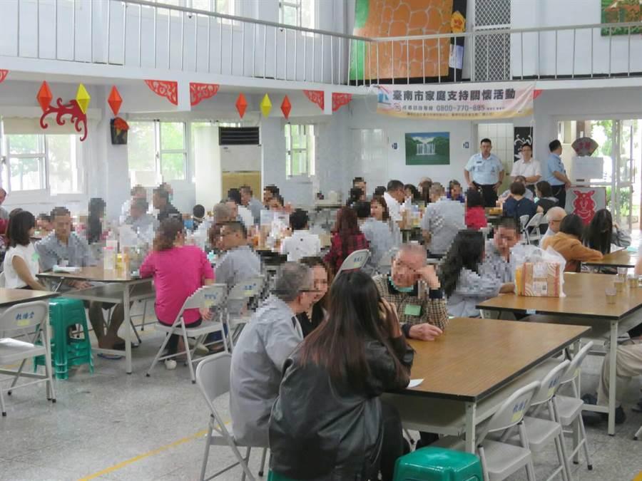 台南第二監獄母親節前擴大辦理懇親活動。(台南第二監獄提供)