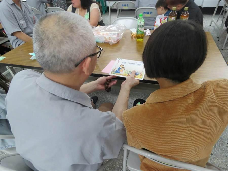 台南第二監獄懇親會,收容人獻上自製母親節卡片。(台南第二監獄提供)