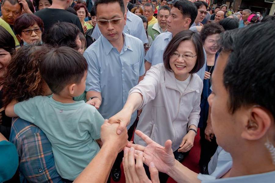 總統蔡英文參拜高雄茄萣金鑾宮,宣布今年台商回台投資金額,將上看5千億元。(圖:總統府提供)