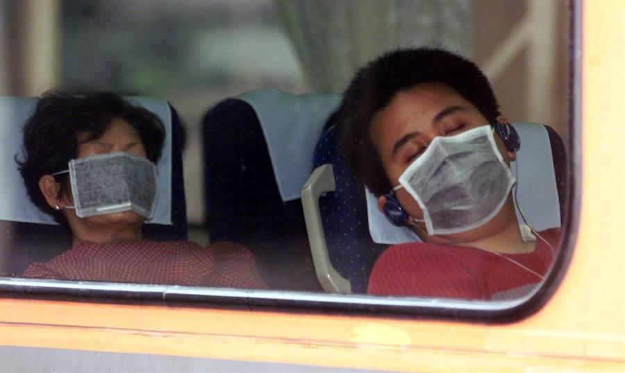 當年SARS疫情爆發後,民眾都會戴著口罩,深怕自己成為下一個染病的人。(蔡明德攝)